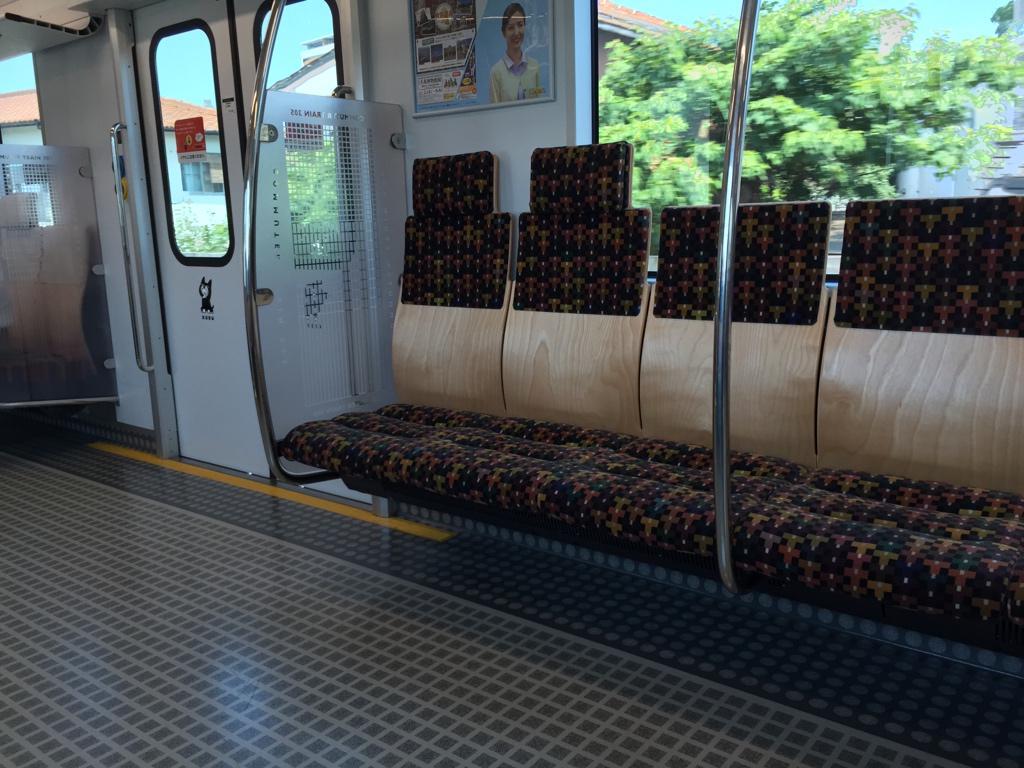 福岡を走るJR筑肥線の新しめの車両、扉横の壁が高かったり、横並び席にヘッドレストがあったりと良い感じなんだけど、それより何より、この床はNANだ pic.twitter.com/pEbWMr6cJa