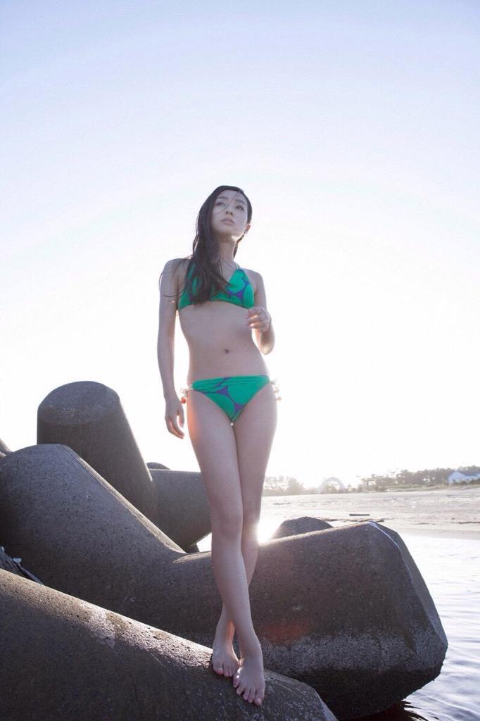水着でもオシャレに撮影する前田希美