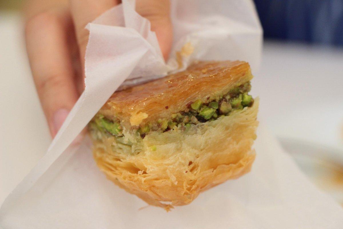 中東のお菓子の王様・バクラワ。ここアンテプはその王が君臨する場所。極められたバクラワの味に感動あるのみ。まさに芸術。カイマック入りのダブルピスタチオがお勧め。ただ食べ方は、こうやって逆さにして食べるのだよ!本当の味を知るには! http://t.co/z3zWfbvkCx