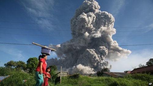 【インドネシア5火山同時噴火 キタ━━━━ヽ(*゚Д゚)ノ━━━━!!】7/22 地球の記録: インドネシアで5つの火山が同時に噴火 http://t.co/zLpmMmASoQ ラウン山・ガマラマ山・デュコノ山・シナブン山そして http://t.co/3uSnnh13LE