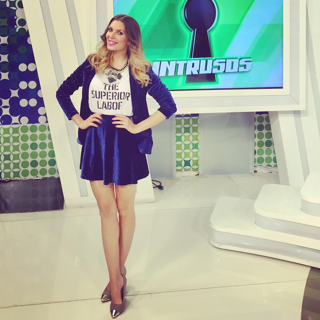 En @intrusoslared #eugelook #tailler #blue @sweetoficial  #t-shirt @pandora_looks @alomejorcarlota  #MEGUSTAINTRUSOS<br>http://pic.twitter.com/016mRlGvsH