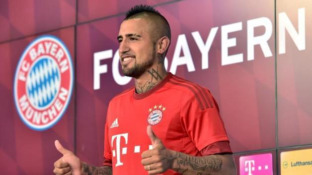 Arturo Vidal con la nuova maglia del Bayern Monaco