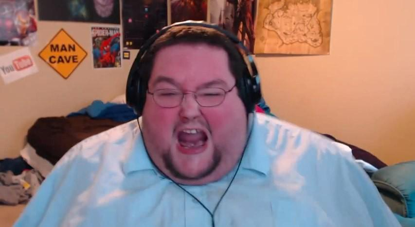 бородатый толстый мужик за компом полусне