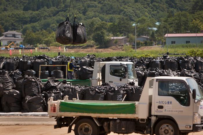 Sources in Japan tell us there are 85000 sites containing 3 MILLION radioactive bags w/3yr lifespan #Fukushima http://t.co/emPJ9oIm5w
