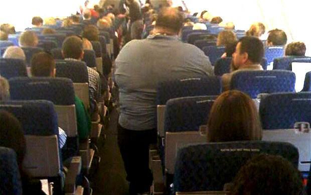 Costretto a viaggiare al fianco di un obeso: chiede oltre 220 mila dollari di danni alla compagnia aerea