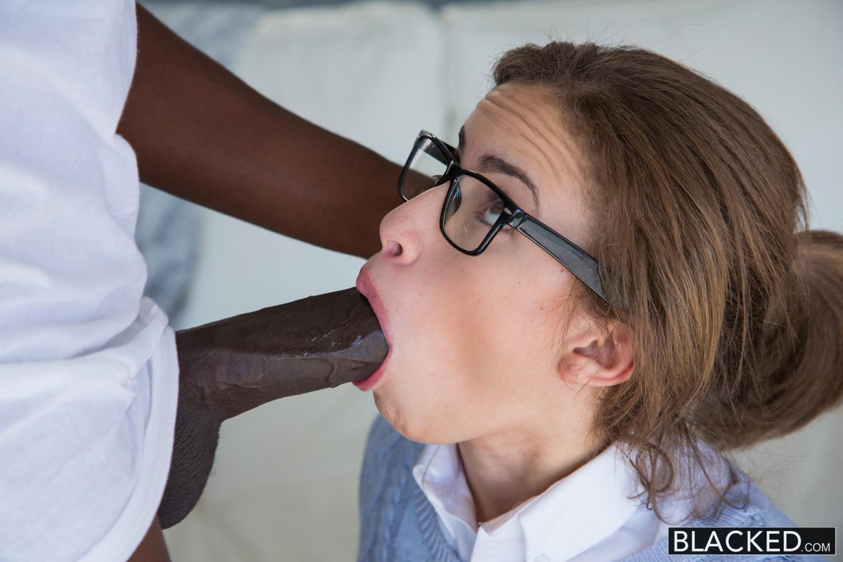 сосет девушка в очках фото девушки