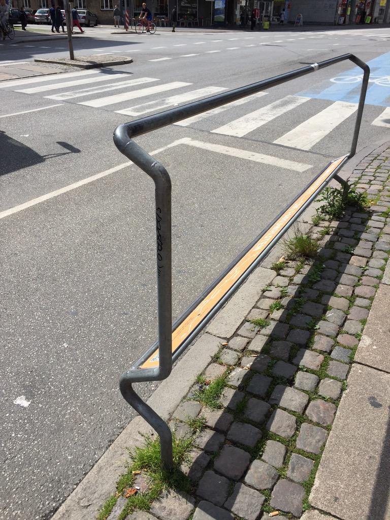 自転車利用をさらに増やすため、環境づくりに余念がないデンマーク。コペンハーゲンには自転車に乗ったまま信号を待てるフットレスト(足掛け場)があります。 pic.twitter.com/rCVsgES1qG