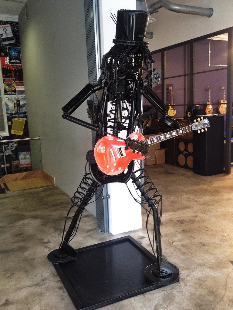 Say hello to the latest member of the @gibsonguitar office! http://t.co/8b2kTc97XG