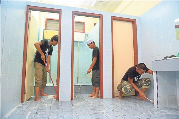 Three young men quit their jobs to clean 132 mosques across the country https://t.co/68gtVo7L0R http://t.co/16G1bc3bB3