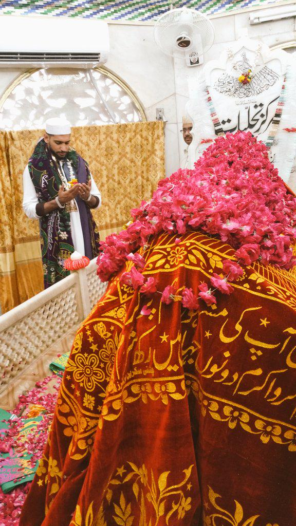 Praying at data darbar Lahore. http://t.co/vkMQpWVyHt