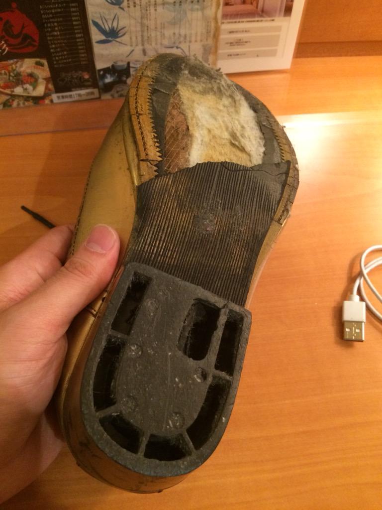 名古屋どのくらい暑かったかというとコンクリ製のステージに立って30分くらいしたら革靴のゴムの底が溶けて剥がれたレベル http://t.co/Y0h6RbfAfA