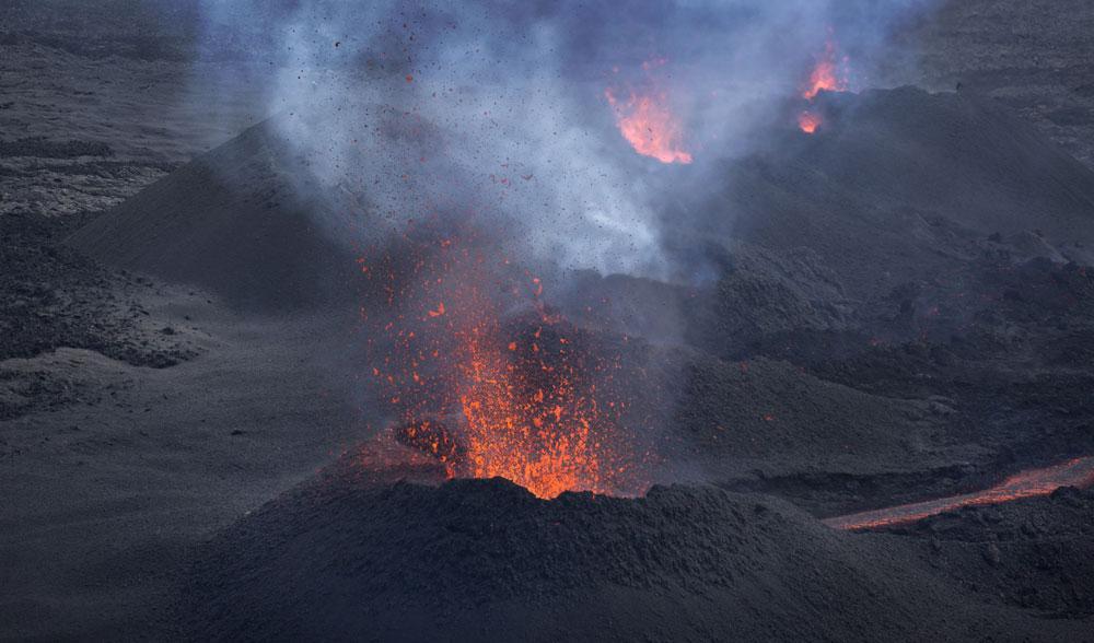 Il video dell'Eruzione del Vulcano Piton de la Fournaise sull'isola dove hanno trovato un presunto pezzo di ala del volo MH370