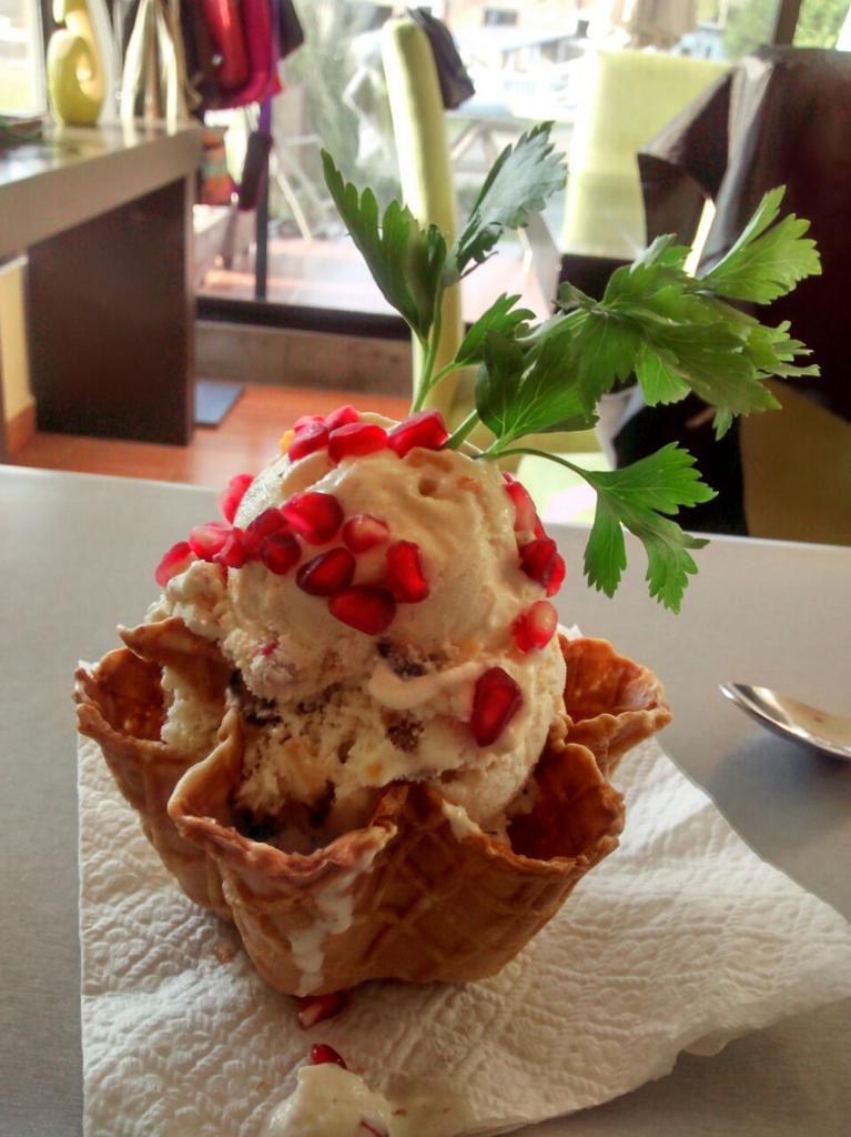 Qué tal un helado de chile en nogada que venden en #Atlixco, Puebla #gastronomía #vacaciones http://t.co/uHoopBN3BJ