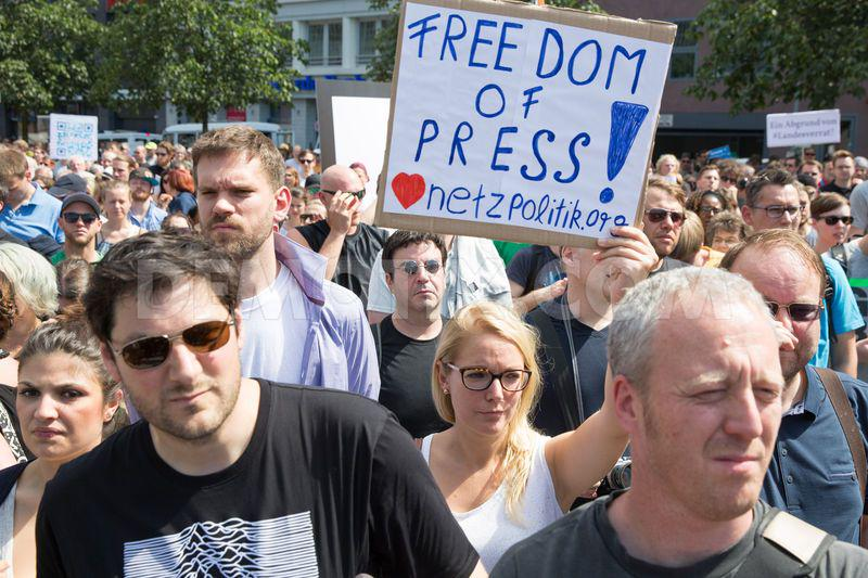 Thousands protest in #Berlin against attacks on the freedom of press #netzpolitik #germany http://t.co/8kPr3QZN3r http://t.co/0tKmhAD5YG