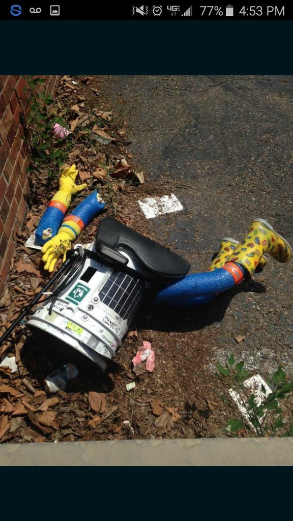 EXCLUSIVE PHOTO: evidence of vandalized hitchhiking robot in #philly. #hitchBOTinUSA trip is over.... http://t.co/VAjvGQzF3u