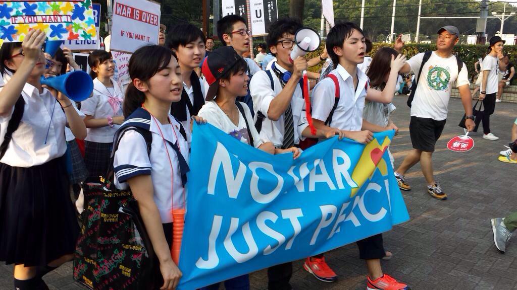 渋谷、高校生主体のデモ。 凄くいい写真です(無断掲載すいません)。 感動しますが、感動するだけじゃなく大人ももっと頑張りましょう。 自分に出来る事を。 戦争法案絶対廃案。 http://t.co/zo0juifOeR