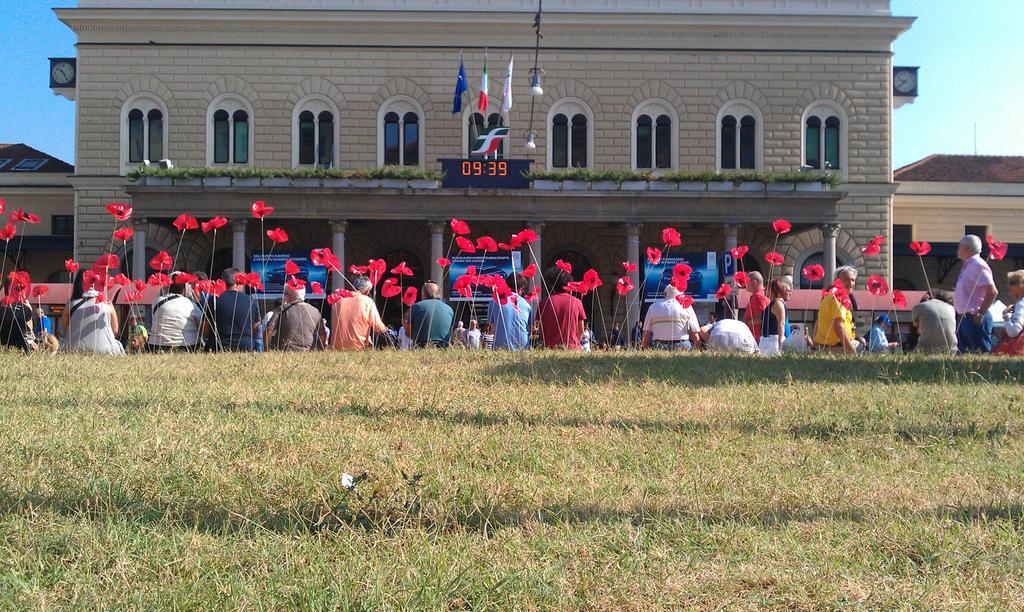 #2agosto Tanti papaveri rossi davanti alla Stazione di #Bologna. Per non dimenticare. http://t.co/5bZ4s5HIbF