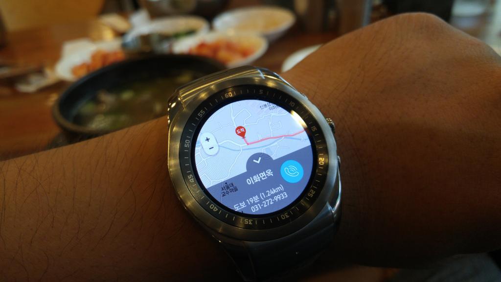 "LG워치 어베인 LTE에서 ""근처N""이란 새로운 앱을 사용 내 근처에 있는 맛집, 편의점, 병원, 놀거리 등을 위치기반으로 알려준다. 기존 스마트워치가 한국에선 위치기반서비스가 빈약하지만 이건 다르네... http://t.co/26ONOcraI7"