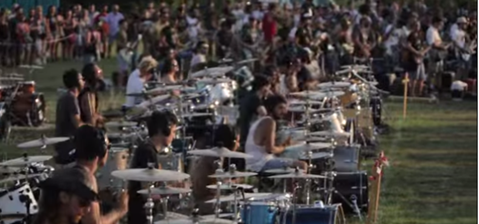 So cool! Watch 1000 people perform Foo Fighter's 'Learn to Fly' together http://t.co/ChF0JvWuxZ http://t.co/s0st5SoBDU