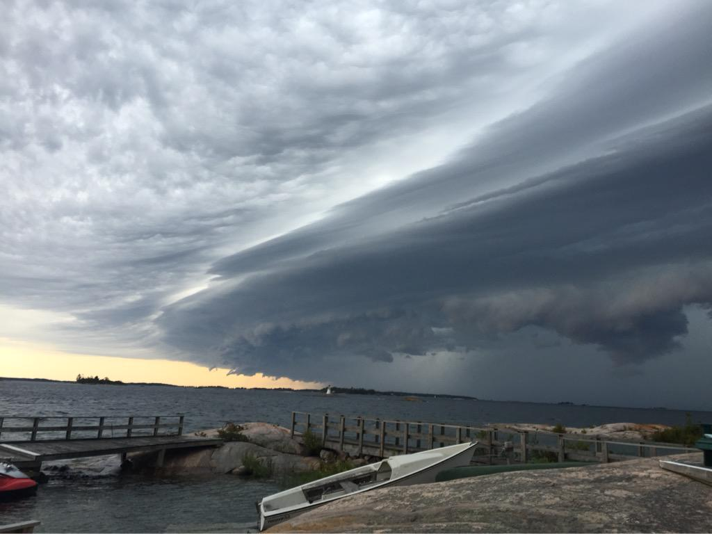 A good old fashioned Canadian storm building over Georgian Bay.  #shelfcloud @spann @weathernetwork #onstorm http://t.co/6hn5JlAlZq