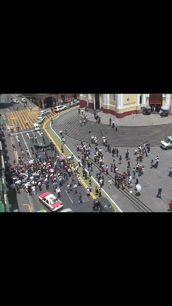 Reporteros bloquean centro de #Xalapa en protesta por la muerte  del Fotoreportero #RubénEspinosa @epigmenioibarra http://t.co/ld5gf2pdpi
