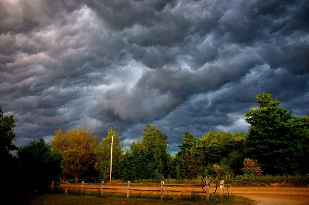 Pretty scary skies in the Skee! #alliteration @BrianKlymDDS @PureMichigan @aaronofseyer @alananehring photo:M.Bishop http://t.co/3n1A3KEFGK