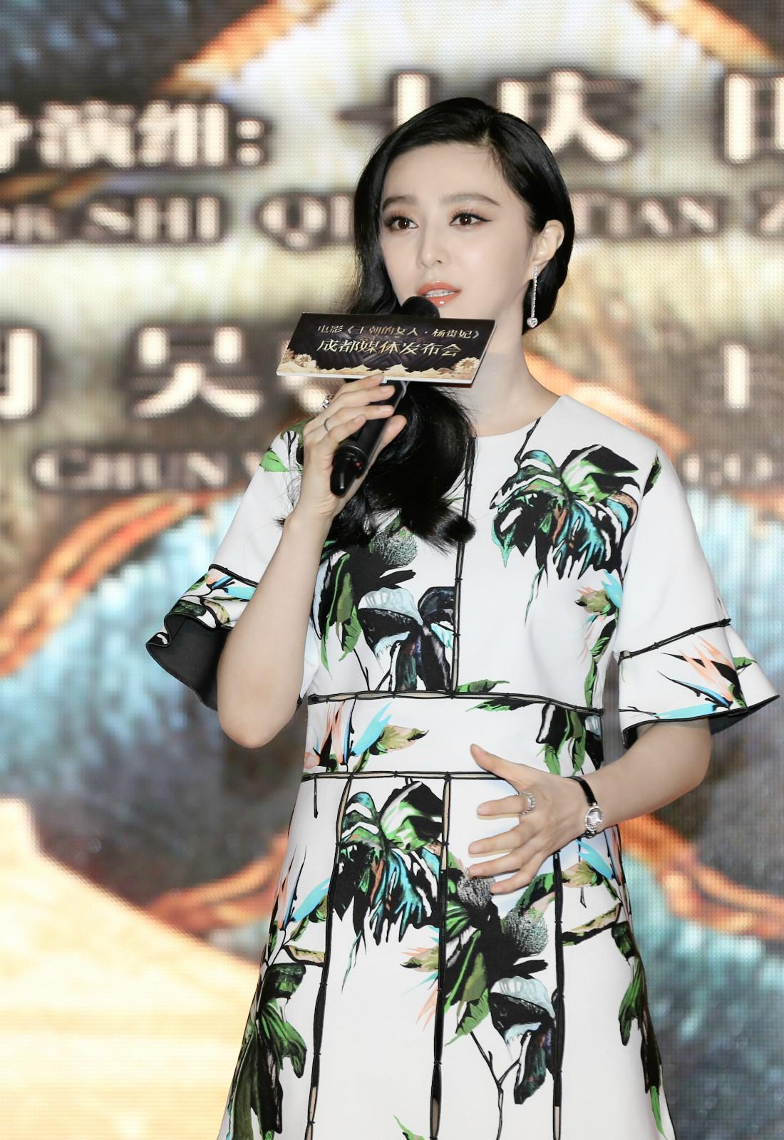 """RT @FanBingbingNews: """"Lady of the Dynasty"""" premiered in Chengdu, China August 2, 2015. @Chopard @proenzaschouler @Fashion_Critic_ http://t.…"""
