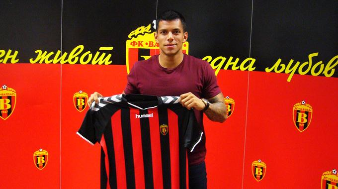 Romero holding the jersey; photo: Vardar
