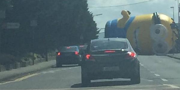 Minion inflável gigante provoca caos após cair em rodovia na Irlanda http://t.co/8vG3bcc0k8 #PlanetaBizarro #G1