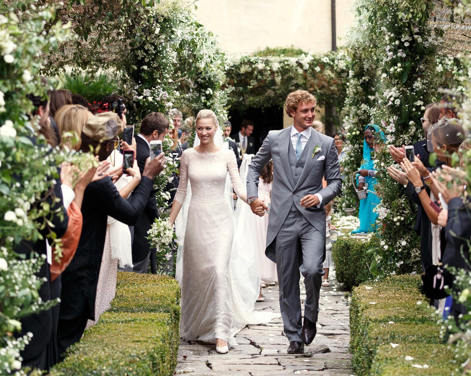 Check out all 5 of @BorromeoBea's wedding dresses @MaisonValentino @armani http://t.co/grhrXNfCdS http://t.co/oYcFrVxLGJ