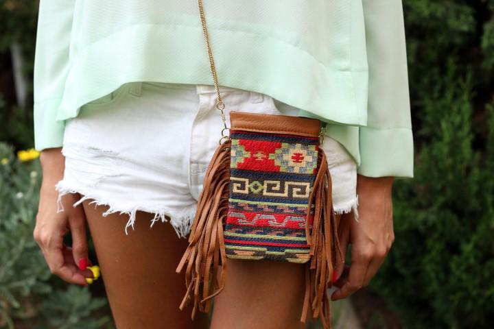 #FlechazoELLE… Con el bolso de @PriscilaWelter que luce hoy @honeydressing. El look completo: http://t.co/CVdmlGrquw http://t.co/75DnNxjtGx