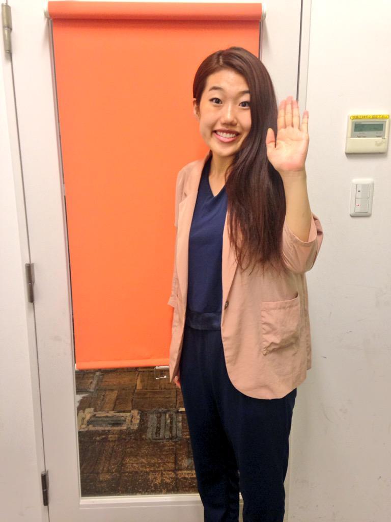 ピンクのジャケット姿で手を上げる芸人、横澤夏子