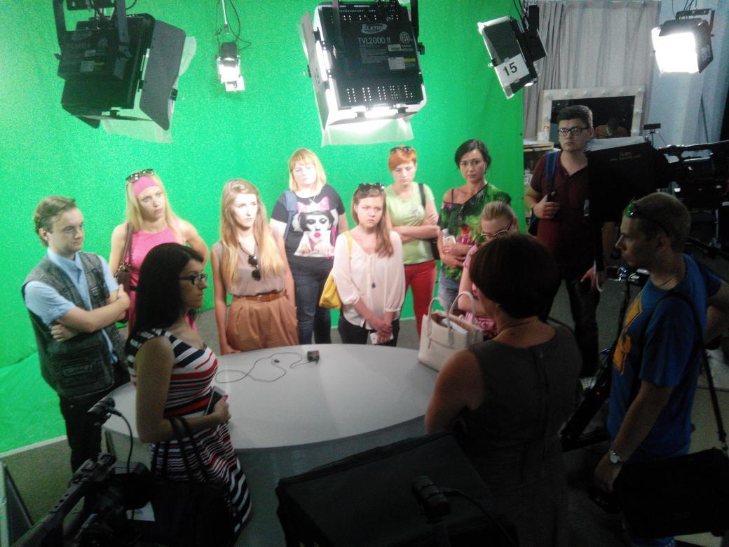Приїхали в ньюзрум @radiosvoboda - заважаємо @adja_ записувати програму:) #medianext_ua http://t.co/OCaYxJpNgQ