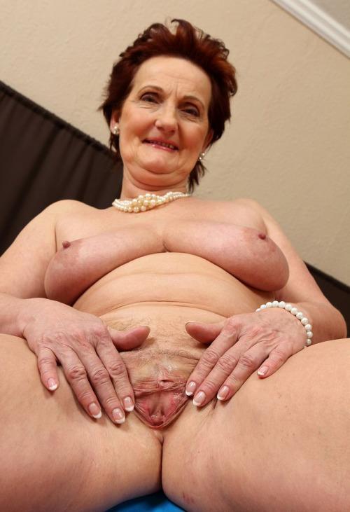 Фото голые старушки с пирсингом 2225 фотография