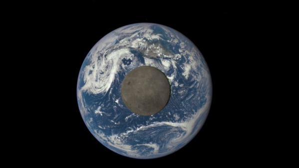 Il lato oscuro della Luna illuminato dal Sole, grazie alla NASA