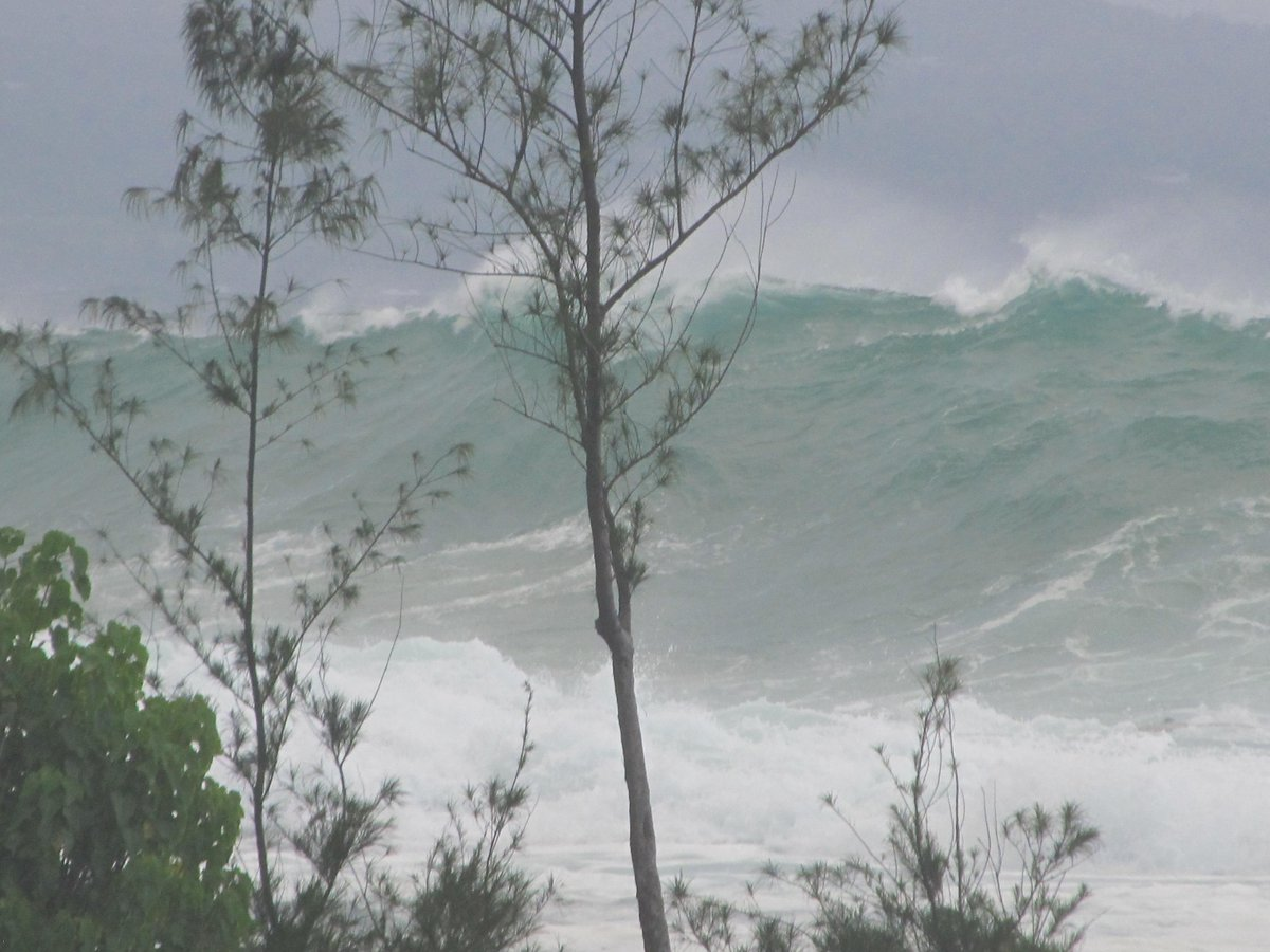 Tropical Storm Guillermo Kicking up some waves. http://t.co/kObtLNAoLW