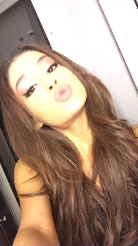 Nuevas fotos de Ariana Grande con el cabello suelto. CLuLolRW8AAe41z