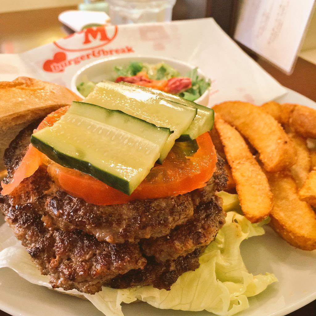 今日のランチは中休みにモンスガコラボのトリプルバーガー!!!食べてきた。お肉めっちゃジューシーで美味しすぎるし上のきゅうりがシャキシャキで良いアクセント。これで900円はヤバイ安い!(((o(*゚▽゚*)o))) http://t.co/V4wW8V4f9Z
