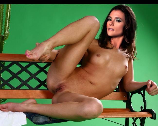 Jessamyn duke accidentally sends nude photo over instagram the nip slip