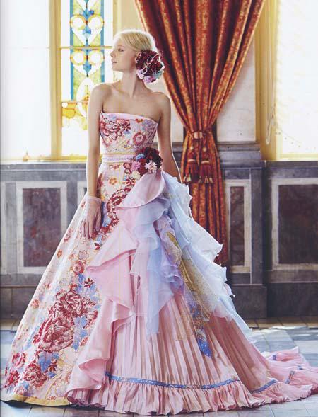 着物生地、ちりめんや金襴を使用した、和装と洋装を取り入れた、着物カラードレス。ピンクカラーを基調にデザインされた、カラードレス。結婚式、披露宴のカラー ドレス
