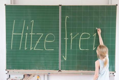 ドイツの小中学校はちなみに、気温はある値をこえると、休校になります。例えば、午前11時の気温が25℃、室内に27℃、午前10時に木陰で25℃と州によって様々。校長が決定権限。プロイセンの1892年の指令がはじめてだそうです。 http://t.co/Rd6FlpsiFO