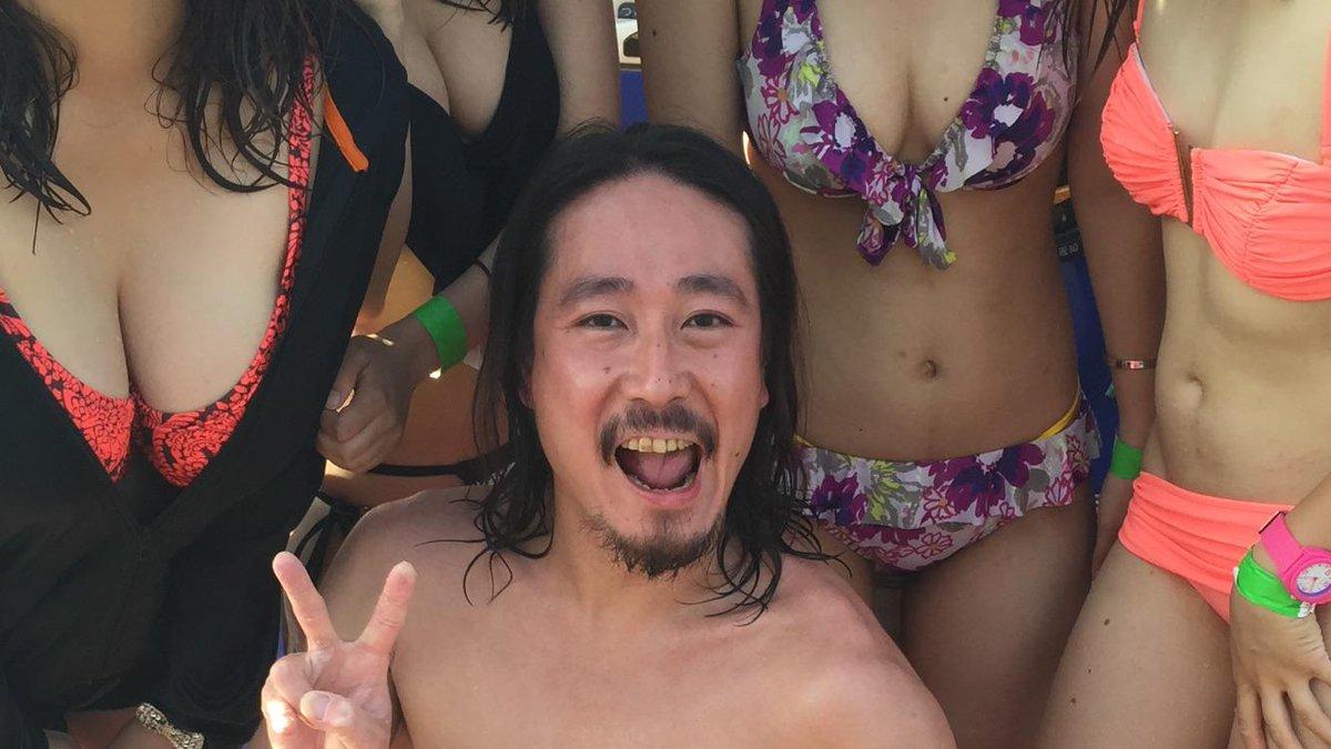 ダブルピースの笑い飯西田