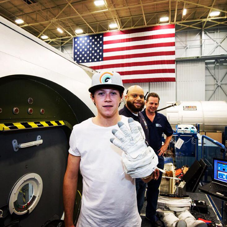 #FlashbackFriday to when @NiallOfficial was inspired by a visit to @NASA. 1 year later #DragMeDownMusicVideoIsOut