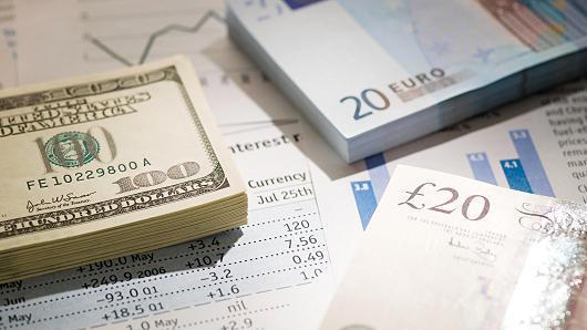 il dollaro si rafforza sul cambio con l'euro dando nuova spinta alle borse