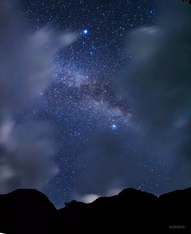 伝統的七夕(旧暦7/7)の今夜撮影した天の川です。(さきほど御蔵島にて) 上の明るい星が織姫星、中央やや右の明るい星が彦星、その間に左右に流れる光が天の川です。