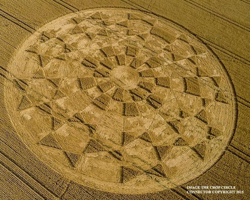 Cerchi nel grano: a Etchilhampton (UK) appare Crop Circle fatto di Soli e Geometria Sacra
