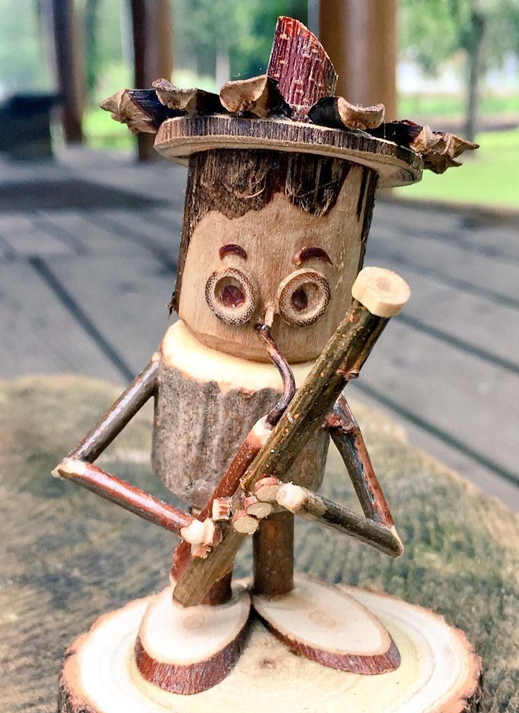 多くの方にリツイート頂いたこの『ファゴット吹き』の木彫り人形、富良野のニングルテラスにある森の楽団というお店で見つけました。ありとあらゆる楽器があります(なくても、頼めばきっと作ってもらえます)。 http://t.co/2ojxlGLRLi
