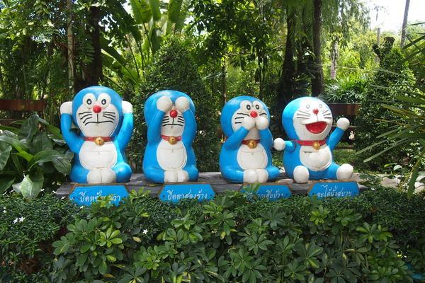 タイのドラえもん寺には、三猿ならぬ三ドラえもんもいるよ。4人目のドラえもんはなにも禁止をされていない。 pic.twitter.com/ksQcLRckc3