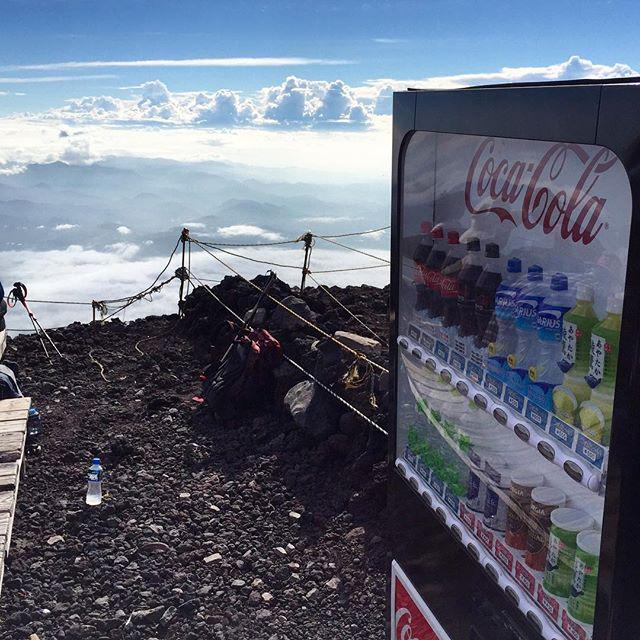 """Alexander Torrenegra on Twitter: """"Japan loves vending machines. Here is one at the summit of Mount Fuji http://t.co/jyT5TyyePu"""""""