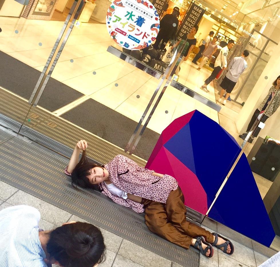 水曜日のカンパネラのコムアイさんが、某誌の撮影中に渋谷パルコ前で優雅に寝そべる姿をキャッチ! コムアイさんが出演する10月23日(金)「シブカル音楽祭。」のチケットはシブカル祭。公式HPにて先行発売中!明日18:00まで! http://t.co/JjflT1iPJf